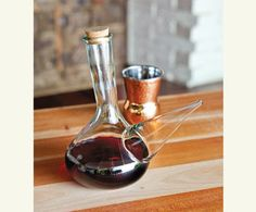 Traditional Spanish pitchers for pouring wine directly into your mouth. Spanish Wine, Spanish Food, Tapas, Spain Culture, Pouring Wine, Wine Parties, Andalusia, Wine Decanter, Red Wine