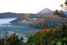 Bromo vulkaan Java - Indonesië. Ligt met twee andere vulkanen in een uitgestrekt maanlandschap in een grote krater. Aan de voet van de Bromo bevindt zich een hindoetempel gewijd aan Brahma.