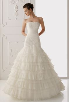Brides: Alma Novia. Organza dress with ruffles on skirt. Lace jacket.