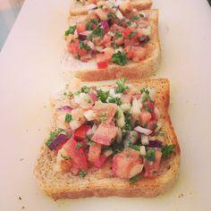 Tomato-Basil-Toast Tomato Basil, Bruschetta, I Love Food, Toast, Ethnic Recipes, Toasting Flutes