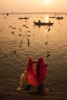 River Ganges, Varanasi, India ❉ღϠ₡ღ✻↞❁✦彡●⊱❊⊰✦❁ ڿڰۣ❁ ℓα-ℓα-ℓα вσηηє νιє ♡༺✿༻♡·✳︎· ❀‿ ❀ ·✳︎· TH Sep 2016 ✨ gυяυ ✤ॐ ✧⚜✧ ❦♥⭐♢∘❃♦♡❊ нανє α ηι¢є ∂αу ❊ღ༺✿༻✨♥♫ ~*~ ♪ ♥✫❁✦⊱❊⊰●彡✦❁↠ ஜℓvஜ Varanasi, Yoga Studio Design, Mother India, Amazing India, Foto Art, India Travel, India Trip, Yoga Inspiration, Photos