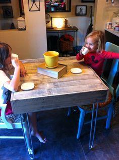 kids pallet bistro table.  super cute!