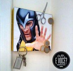 Em uma placa de MDF, cole alguns imãs e, por cima, uma imagem do Magneto. Ali você pode prender objetos metálicos como chaves e moedas. #magneto #quadromagnetizado #diy