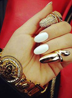 Uñas elegantes blacnas con accesorios dorados - Elegant white nails with golden accesories