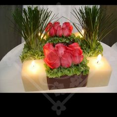 El resultado de combinar flores y velas es una arreglo único y romántico.