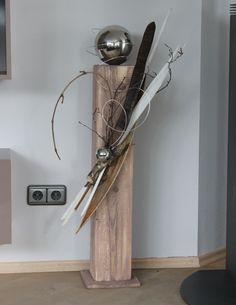 Holzsäule aus neuem Holz, cappuccino-farbig gebeizt, natürlich dekoriert mit einer großen und einer kleinen Edelstahlkugel , Höhe: 100cm, Preis: 65€