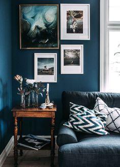 Wohnzimmer: Bilder auf Dunkelblau                                                                                                                                                                                 Mehr