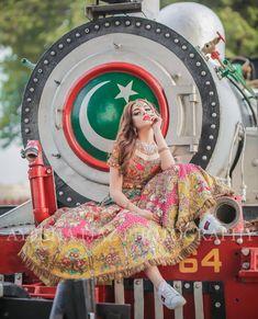 Four Tips For A Beautiful Beach Wedding Bridal Mehndi Dresses, Bridal Dress Design, Bridal Outfits, Asian Wedding Dress Pakistani, Pakistani Formal Dresses, Pakistani Couture, Desi Wedding, Wedding Beauty, Bridal Photoshoot