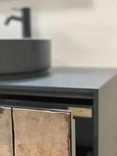 Terracotta – eine Tradition modern interpretiert  Das Fliesen-Mosaik auf der Badmöbelfront wird in der talsee Manufaktur für den Kunden von Hand gestaltet. Modern interpretiert verleihen sie eine neue Dimension. Und schaffen in ganz persönlichen Momenten beruhigende Stille. Die unterschiedlichen Naturlasuren der Materialien sind dabei stilvoll aufeinander abgestimmt. Rings For Men, Modern, Gift Crafts, Mosaic, Tile, Men Rings, Trendy Tree