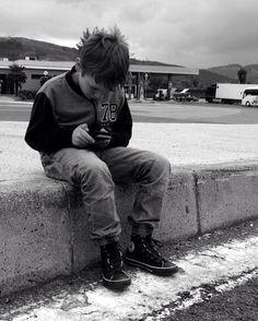 elisajasse. . . . #nintendo #gameboy #oldschool #boy #cousin #roadtrip #travel #traveling #germany #switzerland #italy #rome #blackandwhite #black #white #photography #iphone #iphone5 #snapchat #filter