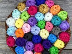 Curso gratis aprende cómo bordar cojines a mano ~ Mimundomanual Love Crochet, Crochet Motif, Crochet Yarn, Crochet Things, Yarn Crafts, Sewing Crafts, Diy And Crafts, Crochet Christmas Gifts, Fibre And Fabric