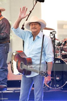Alan Jackson performs on NBC's 'Today' at Rockefeller Plaza on July 2015 in New York City. Country Music Lyrics, Country Music Artists, Country Music Stars, Country Singers, Alan Jackson Music, Allan Jackson, American Country Music Awards, Joyce Taylor, George Jones