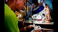 As presas de marfim geralmente são usadas na medicina tradicional, objetos de decoração e joias. Acima, um escultor de marfim em Payuhakirri, Tailândia. Foto: © WWF-Canon /James Morgan