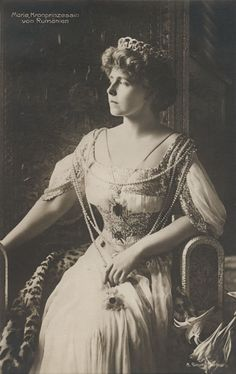 Both as Crown Princess and Queen of Romania, Marie had many tiaras, sadly lost now. This is the diamond tiara made of interlocking circles, with a pearl at the centre of each circle. Worn high on the head during the belle epoque era. Royal Crowns, Royal Tiaras, Royal Jewels, Belle Epoque, Adele, Maud Of Wales, Romanian Royal Family, Queen Victoria Children, Princess Alexandra