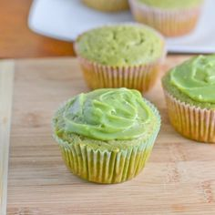 This Green Tea Cupcake with White Chocolate Green Tea Ganache is a delicious cupcake made with matcha green tea powder. The frosting is made of white chocolate and green tea powder. Green Tea Cupcakes, Green Tea Cookies, Yummy Cupcakes, Matcha Cookies, Matcha Cupcakes, Köstliche Desserts, Delicious Desserts, Dessert Recipes, Tea Recipes