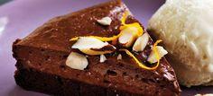 Den cremede Gateau Marcel chokoladekage er en sand fransk klassiker med en kraftig choko- og appelsinsmag. Se opskriften her.
