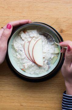 Für einen gesunden und warmen Start in den Tag empfehlen wir eine saftige Portion Porridge mit frischem Obst!