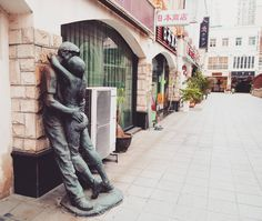 #kiss #hug #kissingcouple #statue #streetart #travel #dongguan #guandong #china #asia by choupi_s2