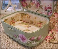 Vintage Case with Roses. Tutorials: NOT So Shabby. Vintage Shabby Chic, Shabby Chic Homes, Shabby Chic Decor, Vintage Decor, Painted Suitcase, Suitcase Decor, Vintage Suitcases, Vintage Luggage, Old Luggage
