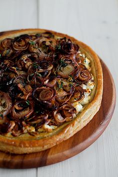 Roast Onion Shallot Tart Well, I used the filling recipe & made it a quiche. Onion Recipes, Veggie Recipes, Cooking Recipes, Tart Recipes, Vegetarian Recipes, Savory Pastry, Savory Tart, Roasted Onions, Caramelized Onions