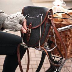 beeslikehoney:    Handbag Hugger - CycleChic by Lady Vélo http://flic.kr/p/b1e9xi