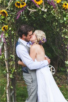 sunflower wedding arch   wedding kiss   bohemian wedding ideas   #weddingchicks
