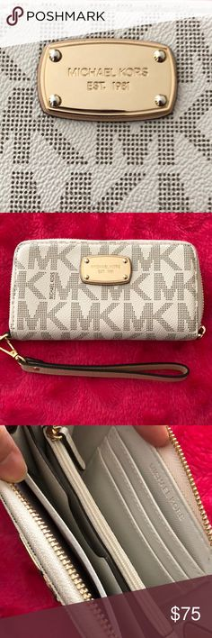 💯MICHAEL KORS PURSE 🔥This was barely used 👌almost brand new 🌸 you'll love this large multi functional MK purse 😊 Michael Kors Bags Clutches & Wristlets