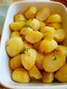Perfekt ugnsrostad potatisa som blir knapriga utanpå och mjuka inuti. De får sin härliga smak och färg av smör. Ett gott tillbehör att servera till maten Side Recipes, New Recipes, Vegetarian Recipes, Cooking Recipes, Favorite Recipes, 300 Calorie Lunches, Zeina, Greens Recipe, Recipes From Heaven