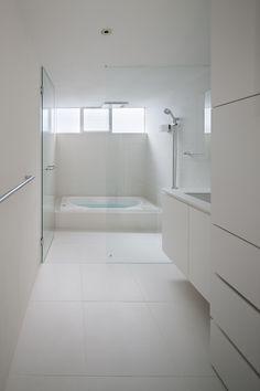 White minimalist modern bathroom    Frame / UID Architects