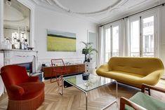 Un salon éclectique aux meubles chinés rouge, jaune et vert pelouse