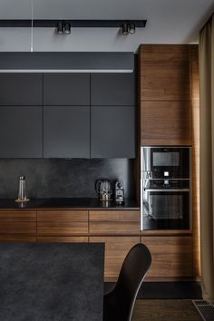 The 50 BEST BLACK KITCHENS - kitchen trends you need to see. It is no secret, in the design world, that dark kitchens are all the rage right now! Black kitchens have been popping up left and right and we are all for it, well I am anyways! Small Modern Kitchens, Black Kitchens, Luxury Kitchens, Home Kitchens, Modern Ovens, Dream Kitchens, Home Decor Kitchen, Interior Design Kitchen, New Kitchen