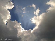 Rayos de sol a través de las nubes