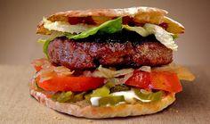 Hamburger maxi focaccia farcito con jalapenos,pomodoro fresco,insalata verde,cipolle,salse