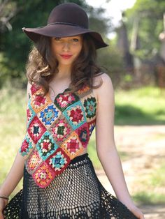 how to crochet a granny square top...so pretty...need to sign up to the newletter to access the free pattern...worth it to sign up...so many nice patterns!