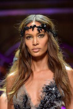 Haarbänder auf dem Laufsteg bei Versace Haute Couture Herbst/Winter 2015