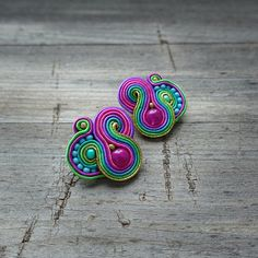 Pendientes hechos método de bordado soutache Pendientes son muy ligeros y muy agradecido. En el centro es un granos de cristal rosa. Longitud de pendientes de 3 cm. Pendientes acabados con cuero natural. Doble cara impregnada. Rope Jewelry, Jewellery, Piel Natural, Soutache Jewelry, Jewelry Patterns, Natural Leather, Shibori, Color Combos, Jewelry Making