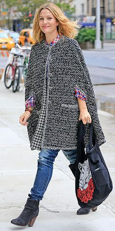 Drew's Sweet & Chic Bump Style   CAPED CRUSADER   We don't know what caught our attention first: the black-and-white tweed cape or the ready-to-roar tote the mom-to-be wore while out and about in New York City on Sept. 13.