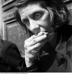 Portret van hongerende vrouw in de hongerwinter, Amsterdam (1944-1945) Maker: fotograaf: Cas Oorthuys 1 december 1944/28 februari 1945 Verv.plaats:Amsterdam