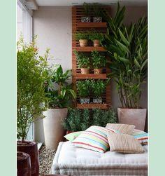 vertikaler garten rankgerüst balkon sitzkissen pflanzen