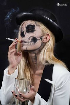 5 Chic Halloween Costumes That Aren't Breakfast at Tiffany's – Daily Fashion Halloween Elegante, Chic Halloween, Halloween Inspo, Halloween Makeup Looks, Classy Halloween Costumes, Facepaint Halloween, Halloween Skull Makeup, Skeleton Face, Skeleton Girl