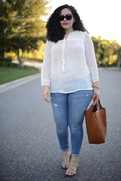This entire outfit. Girl With Curves: Peasant Top And Embellished Flats Outfits Casual, Mode Outfits, Fashion Outfits, Fashion Trends, Casual Jeans, Look Plus Size, Plus Size Women, Curvy Girl Fashion, Plus Size Fashion
