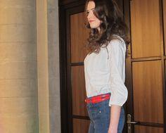 Niki in einer Bluse von Queen, einer Jeans von SEY und einem Studio Jux Ledergürtel - erhältlich im FAIR QUEEN Online Shop