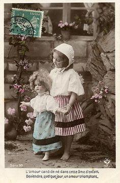 Множество винтажных кукол на старинных фотографиях новые фото