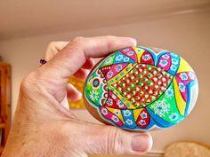 Pez de colores en piedras pintadas My Art Colors en PiedraCreativa Pet Rocks, Painted Rocks, Painted Fish, Comet Goldfish, Fish, Beach, Crates