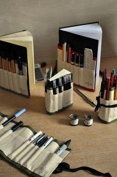 モレスキンにぐるりと巻いた布に、たくさんのペンを! これでいつでも好きなアートを書き込めます。