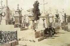 RECUERDOS: El viejo cementerio de san Blas. El Cementerio de San Blas, a pesar de su condición (Al fin y al cabo, no dejaba de ser un cementerio), tenia algunos rincones llenos de romanticismo. Estando en él uno no se sentía sobrecogido, ni temeroso. Sus recoletas callejuelas, con muchas flores naturales adornando las tumbas o a sus panteones, muchos de ellos con hermosas esculturas de mármol, daba la sensación de que estábamos contemplando una muestra permanente de monumentos clásicos.