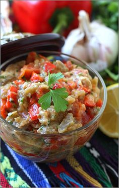 Салат из запеченных баклажан и перцев с соусом тахина Eggplant Recipes, Salsa, Mexican, Fruit, Vegetables, Ethnic Recipes, Food, Essen, Vegetable Recipes