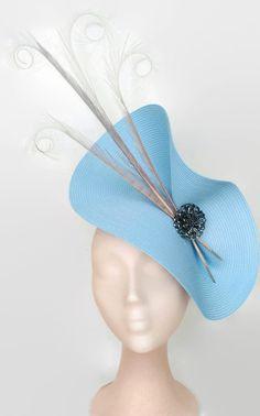 Tocado azul y gris. Elegante tocado con base azul cielo adornado con flor hecha a mano de pedreria y plumas de faisan grises. Con este tocado para boda. Kentucky derby attire