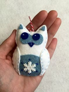 Felt Snowflake Owl Ornament by TheDelightfulBee on Etsy Owl Ornament, Bird Ornaments, Felt Christmas Ornaments, Christmas Crafts, Felt Owls, Felt Birds, Felt Animals, Needle Felted Animals, Needle Felting