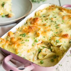 Unter der Käseschicht verstecken sich Tortellini, gemischtes Gemüse und Hähnchen in einer cremigen Sauce und bringen unendlich viel Geschmack mit!